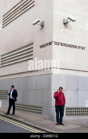 Deux étrangers surveillés par les caméras de surveillance, vieille Burlington Street, Londres Banque D'Images