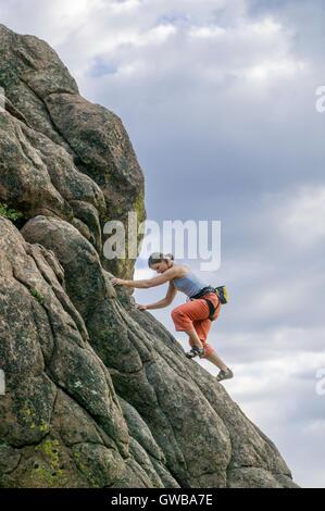 Jeune femme l'escalade à Roche de l'éléphant, près de Buena Vista, Colorado, USA Banque D'Images