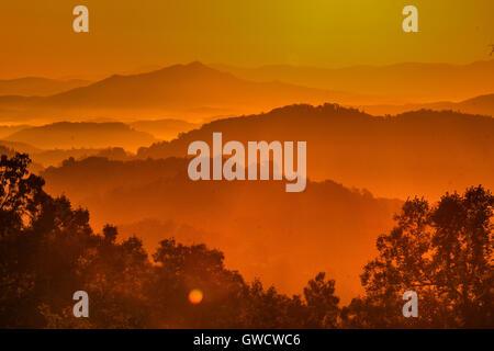 Automne dynamique lever du soleil dans les Smoky Mountains National Park Banque D'Images