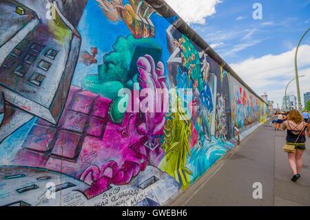 BERLIN, ALLEMAGNE - 06 juin 2015: des graffitis sur le mur de Berlin Le centre de la ville, les gens marcher autour, Banque D'Images