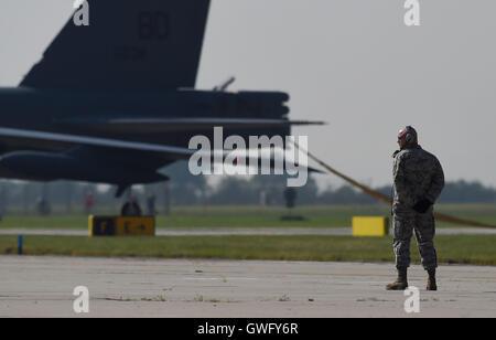 Mosnov, République tchèque. 13 Sep, 2016. Bombardier stratégique américain B-52 Stratofortress (photo) Terres en Mosnov Airport, en République tchèque, le 13 septembre 2016. B-52 bombardiers auront leurs premiers vols au sein de l'exercice le dimanche pendant les jours de l'OTAN et de la Force aérienne tchèque jours à Mosnov 17-18 septembre à l'aéroport. Photo: CTK Jaroslav Ozana/Photo/Alamy Live News