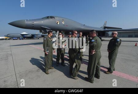 Mosnov, République tchèque. 13 Sep, 2016. Bombardier stratégique américain B-52 Stratofortress (à gauche) et B-1B Lancer land à aéroport Mosnov, République tchèque, le 13 septembre 2016. B-52 bombardiers auront leurs premiers vols au sein de l'exercice le dimanche pendant les jours de l'OTAN et de la Force aérienne tchèque jours à Mosnov 17-18 septembre à l'aéroport. Photo: CTK Jaroslav Ozana/Photo/Alamy Live News