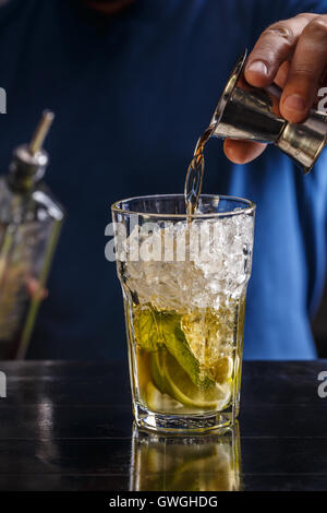 Boisson alcoolisée forte Bartender pouring into glass Banque D'Images