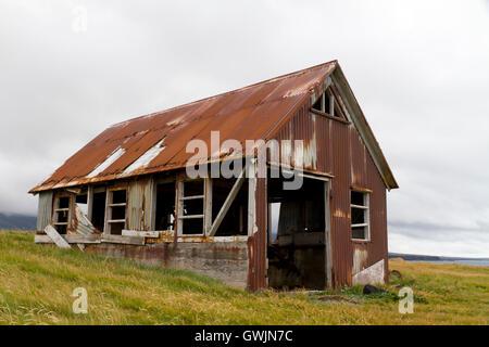 Exécuter les vieux hangar revêtu de tôle ondulée rouillée, situé sur la côte Banque D'Images