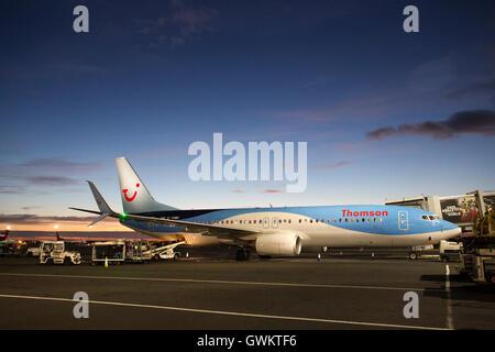 Un avion de Thomson sur la piste à l'Aéroport International de Newcastle. L'avion vole les vacanciers à leur destination Banque D'Images