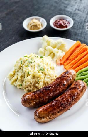 Saucisse allemande avec purée de pommes de terre et légumes repas simple Banque D'Images