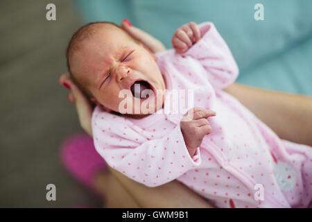 Mignon bébé hurlant et nuits agitées sont inévitables Banque D'Images