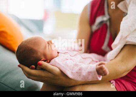 Mother holding newborn avec joie et fierté Banque D'Images