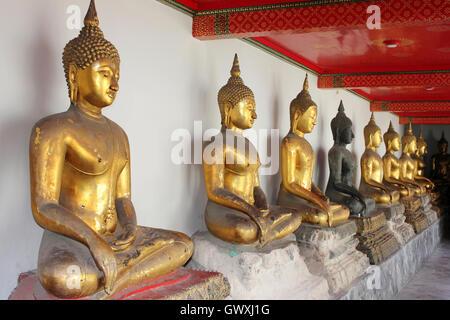Ligne de bouddhas assis au Temple de Wat Pho à Bangkok, Thaïlande Banque D'Images