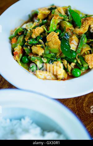 Sauté Thai au poulet, haricots, pois, basilic frais et feuilles de lime Banque D'Images