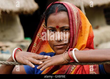 L'INDE, le Gange River delta Sundarbans dans West-Bengal , l'île de Sagar, Bengali femme en sari / Westbengalen Banque D'Images
