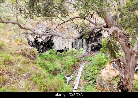 Margaret River, WA Australia-January,16,2016: les touristes en promenade à travers le calcaire érodé au lac grotte Banque D'Images