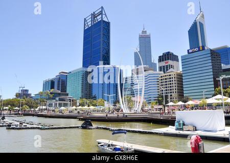 Perth, WA,13,2016 Australia-February:Perth cityscape avec le quai Elizabeth Swan River inlet marina,sculpture,et Banque D'Images