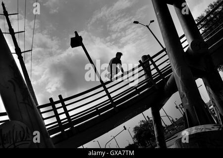Steven Mantilla, une équipe d'Tamashikaze freerunner, saute par-dessus le garde-corps passerelle à Bogotá, Colombie. Banque D'Images