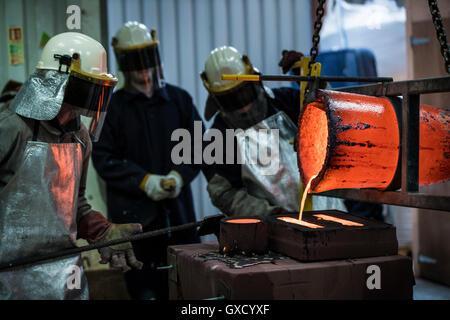 Travailleurs de fonderie mâle bronze coulée en fonderie de bronze melting pot