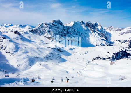 Paysage de montagnes couvertes de neige et téléski, Engelberg, Mont Titlis, Suisse