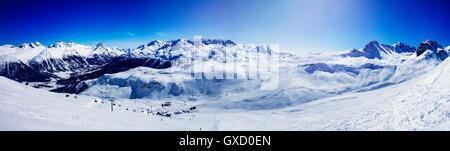 Vue panoramique de téléski de montagnes couvertes de neige, Sankt Moritz, Engadine, Suisse
