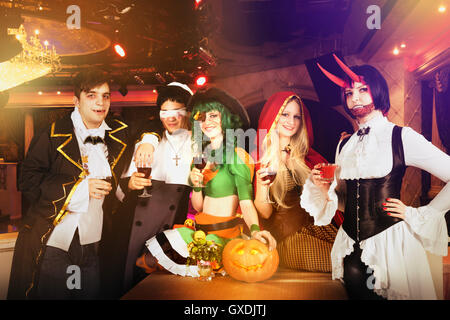 Groupe d'amis à Halloween party in costumes Banque D'Images