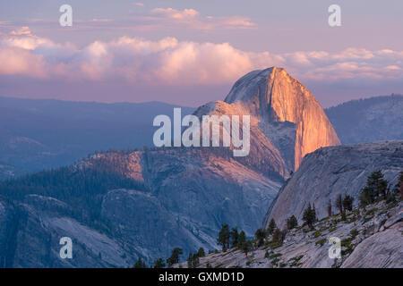 Dernière lumière sur Demi Dôme, photographié d'Olmsted Point, Yosemite National Park, California, USA. En été (juin) Banque D'Images