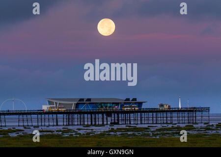 Southport, Merseyside. Météo britannique. 17 Septembre, 2016. Colorful Sunrise et Harvest Moon. Pleine lune du mois appelé le Harvest Moon parce que c'est la pleine lune la plus proche de l'équinoxe d'automne, qui a lieu le 22 septembre dans l'hémisphère Nord. La hausse environ une demi-heure plus tard chaque nuit, la lumière ajoutée de la lune brillant est dit avoir donné aux agriculteurs de plus de temps pour récolter leurs cultures. Credit: MediaWorldImages/Alamy Live News