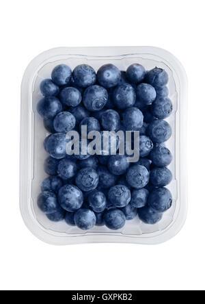 Les bleuets dans le bac isolé sur fond blanc. Santé naturelle de l'alimentation. Banque D'Images