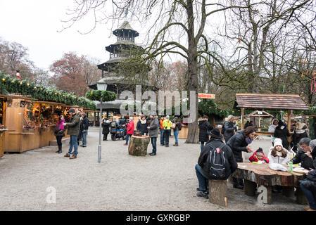 Un marché de Noël qui a eu lieu autour de la structure en bois de la tour chinoise dans les Jardins Anglais de Munich, en Allemagne.