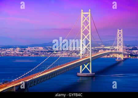 Akashi Kaikyo Bridge enjambant la Mer Intérieure de Seto, d'Awaji Island à Kobe, au Japon.