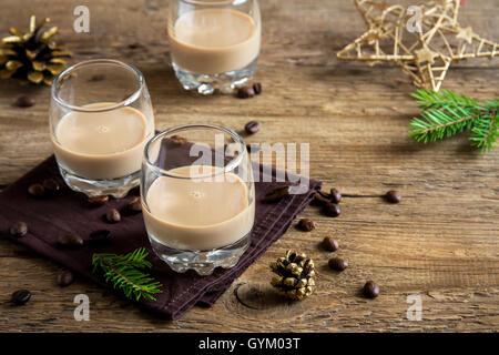 Irish Cream Liqueur de Café avec décoration de Noël et des ornements sur fond de bois rustique - boissons de Noël Banque D'Images