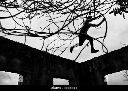 Jose Rodriguez, un freerunner de plus, l'équipe de Parkour saute sur le haut des ruines des murs dans la banlieue Banque D'Images