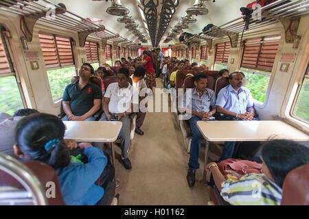 HIKKADUWA, SRI LANKA - le 22 février 2014: les navetteurs locaux s'asseoir dans la gare de Colombo. Les trains Banque D'Images