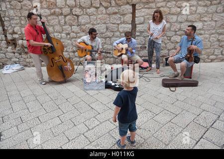 DUBROVNIK, Croatie - le 27 mai 2014: des musiciens qui jouent dans la rue srteets de la vieille ville de Dubrovnik, Banque D'Images