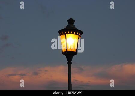 Lampe de rue contre un beau ciel au crépuscule, Roma, Rome Banque D'Images