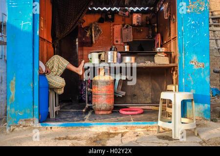 KAMALAPURAM, INDE - 02 février 2015: séance de son fournisseur indien chai shop montrant seulement les jambes. Banque D'Images