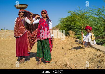 Région GODWAR, INDE - 14 février 2015: les femmes rabari en stand portant sur le terrain ailleurs et supérieure Banque D'Images