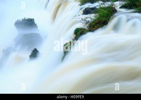 Iguaçu (Chutes d'Iguassu Falls) () dans le plein débit, UNESCO World Heritage Site, Argentine, Amérique du Sud Banque D'Images