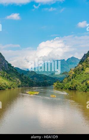 Paysage de montagne, rivière Nam Ou, Nong Khiaw, Luang Prabang, Laos Banque D'Images