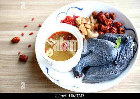 Bouillies deux fois de la soupe au poulet dans un style chinois en plaque blanche Banque D'Images