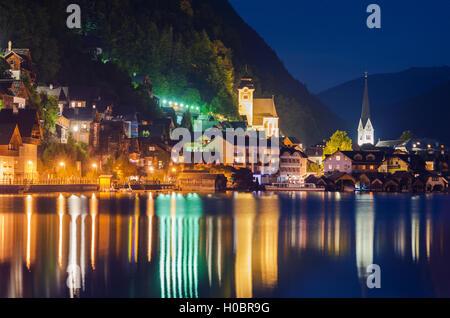 Nuit d'été dans le village de Hallstatt Haute-autriche, Salzkammergut. Banque D'Images