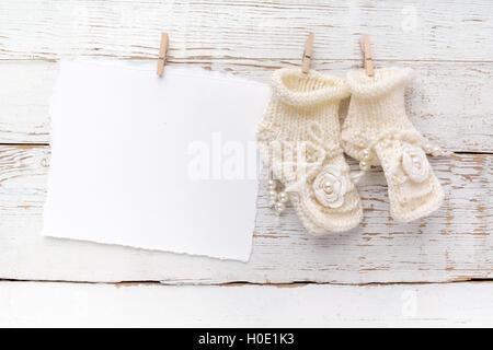 8f740aff49a0e Nouveau né mâle carte  Nouvelle naissance ou baptême Carte de Vœux. Vide  avec chaussures bébé fille sur fond de