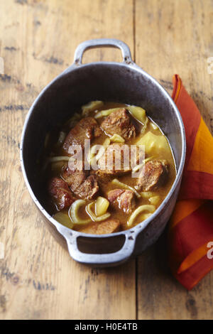 Sauté de veau au fenouil et anana dans stew sur table en bois Banque D'Images