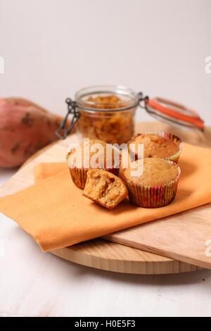De pommes de terre et aux raisins secs muffins sur planche à découper en bois Banque D'Images