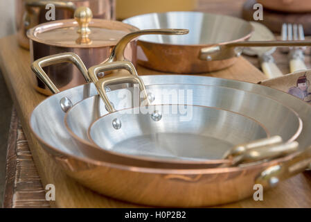 La nouvelle batterie de cuisine en cuivre - les ustensiles de cuisine Banque D'Images