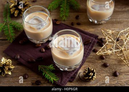 Irish Cream Liqueur de café avec de la glace, et des ornements de décoration de Noël sur fond de bois rustique  Banque D'Images