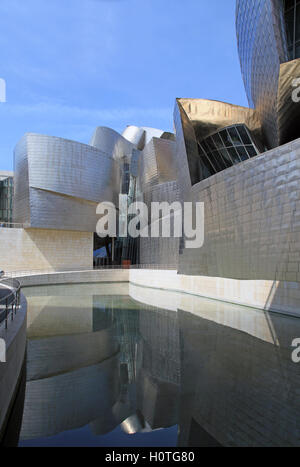 Musée Guggenheim Bilbao Espagne.Museo Guggenheim Bilbao sur les rives du Rio Nervion . Banque D'Images