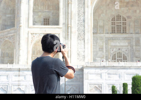Close-up of Asian photographer on retour à prendre des photos du Taj Mahal Banque D'Images