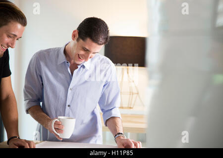 Deux hommes employés de bureau partage des idées dans un bureau moderne