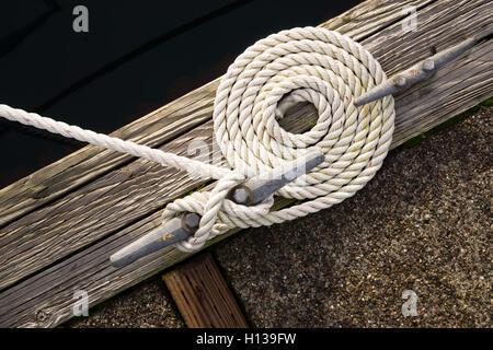 Tourbillonné magnifique bateau corde enroulée Ligne Bow Tie Down Nautique Banque D'Images