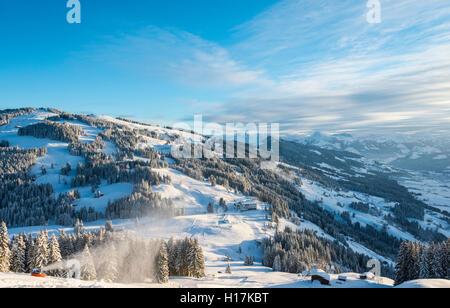 Station de ski avec Vue des Alpes, Brixen im Thale, Tyrol, Autriche Banque D'Images