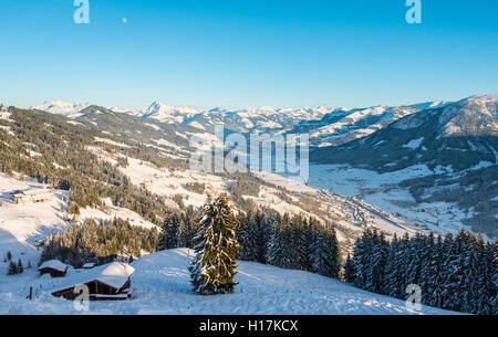 Vue des Alpes et la vallée de l'Inn, station de ski, Brixen im Thale, Tyrol, Autriche Banque D'Images