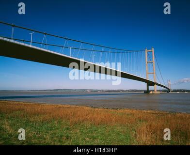 Le Humber Bridge à partir de la rive près de Barton upon Humber. Le nord du Lincolnshire, Angleterre, Royaume-Uni; suspension bridge